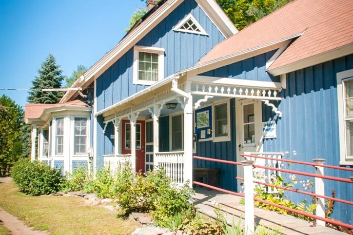 Hawk Mountain Lodge walk way to the front door